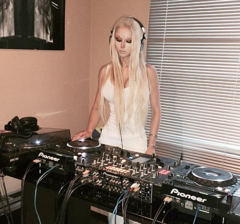 valeria-lukyanova- human barbie DJ
