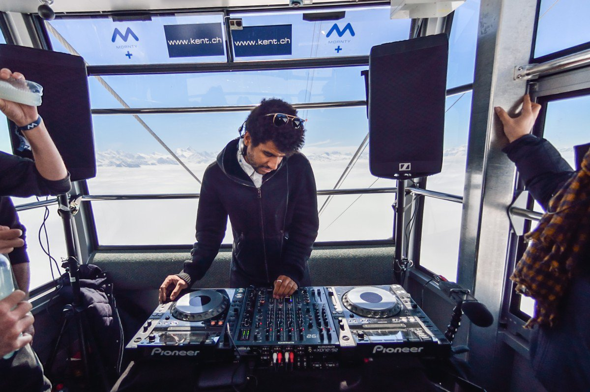Jamie Jones playing in the cablecar
