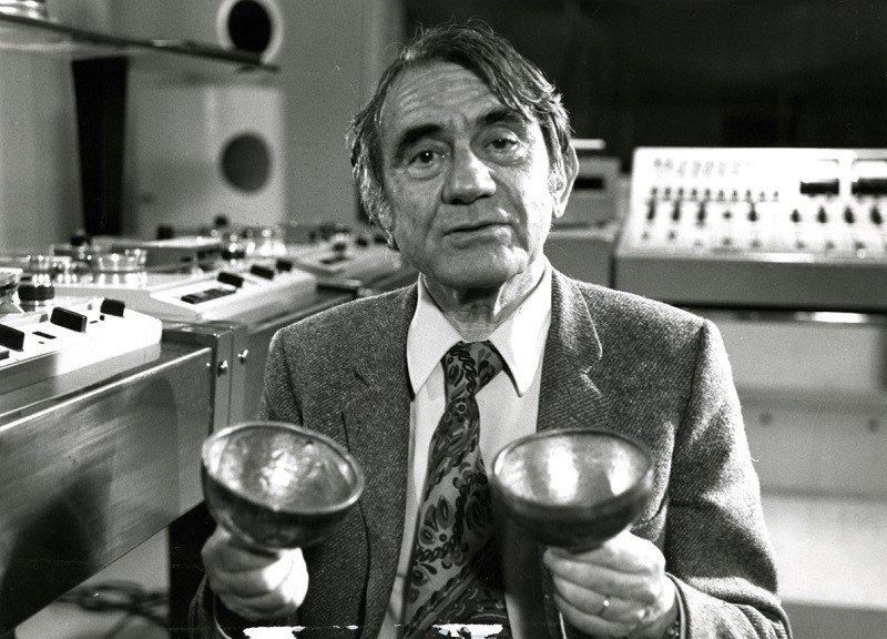 Pierre Schaeffer dans les studios du GRM
