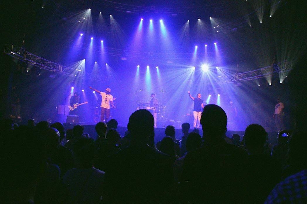 Theo Parrish en formation live avec ses quatre danseurs